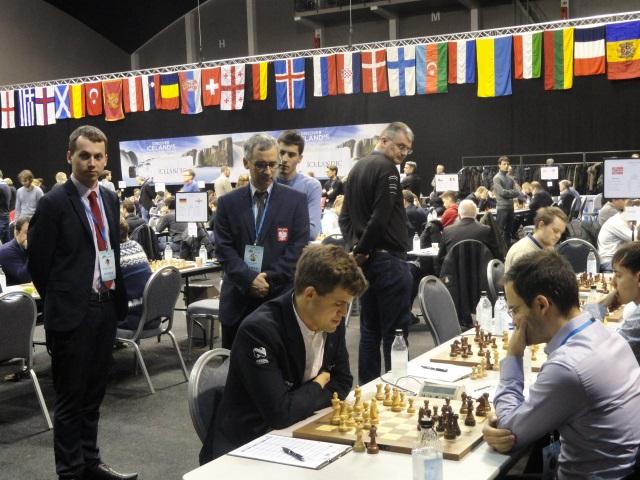 To nie jest dobry turniej dla Magnusa Carlsena. Przyglądają się Marek Matlak i Aleksander Sokólski (fot. Agnieszka Fornal-Urban).
