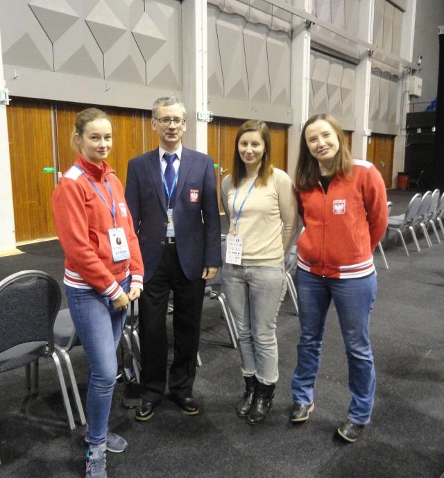 Trener drużyny kobiet, Marek Matlak, w otoczeniu naszych reprezentantek (fot. Agnieszka Fornal-Urban).